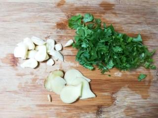 香菜鳊鱼,蒜瓣剥去皮切成片,姜切片,香菜切碎