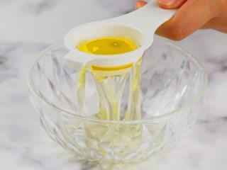 无添加蛋黄溶豆,蛋黄3个,加入糖粉5g、柠檬汁适量,搅打至浓稠发白