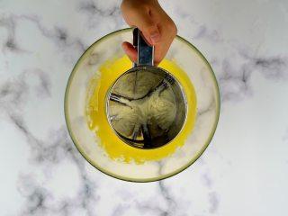 无添加蛋黄溶豆,再筛入奶粉20g,翻拌均匀