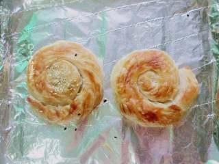 十味 快手版油酥饼,预热烤箱,200度,10分钟,烤制的过程中观察表面上色。