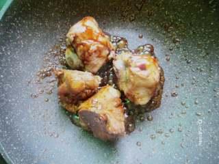 卤煮大骨头,锅里放少少量油,放大骨头进去翻炒,加入酱油和糖、耗油炒至上色
