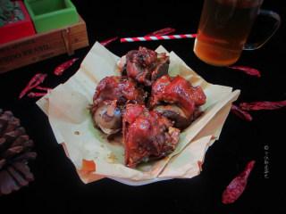 卤煮大骨头,没有高压锅的话,就慢火炖吧,味道会更好,当然时间也更长,至少40才能把肉炖烂。