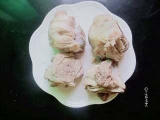 卤煮大骨头,关火捞出骨头用流动温水冲洗干净血沫,煮的水不要了