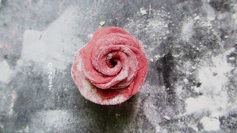 十味 玫瑰花馒头,把花瓣底部轻轻抹圆。花瓣边缘稍稍向外扒一点点,这样就成功了,一朵漂亮的玫瑰花就开了。