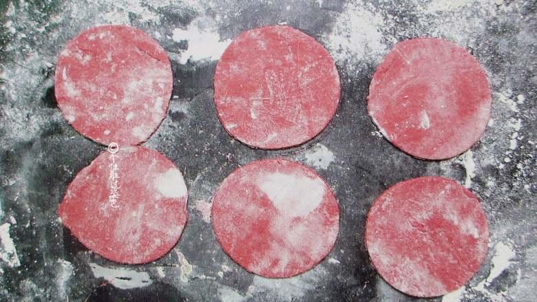 十味 玫瑰花馒头,擀面杖擀圆形,边缘尽量稍薄一些
