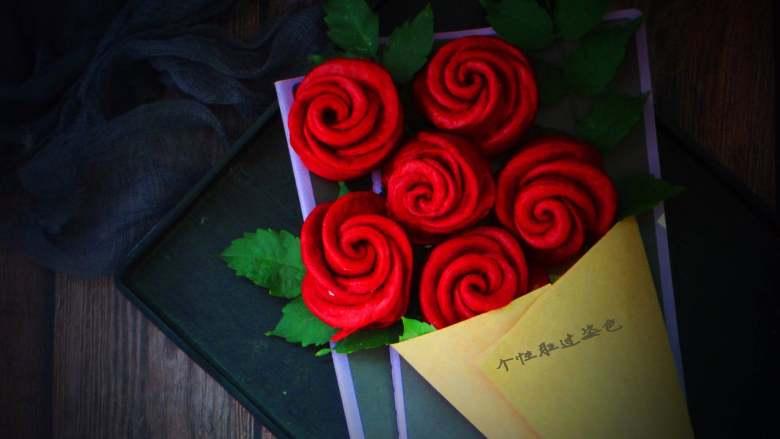 十味 玫瑰花馒头,做好的玫瑰花在发酵至20分钟,醒发好,冷水上锅,大火上汽后转小火15分钟,关火焖3分钟,漂亮的玫瑰花绽放了