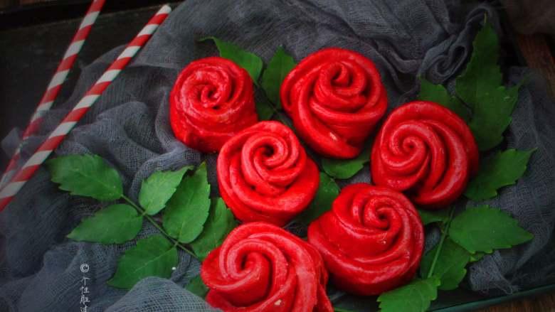 十味 玫瑰花馒头,红曲米与化学合成红色素相比,具有无毒、安全的优点,而且还有健脾消食、活血化瘀的功效。