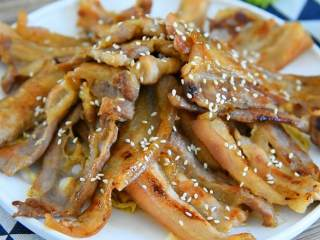 香煎五花肉,煎好的五花肉覆盖娃娃菜表面,撒上白芝麻即可。