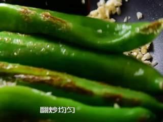 虎皮尖椒的家常做法,一学就会,尖椒和蒜末一起翻炒均匀