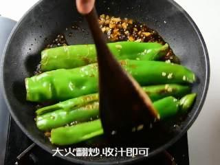 虎皮尖椒的家常做法,一学就会,大火翻炒均匀,收汁即可。