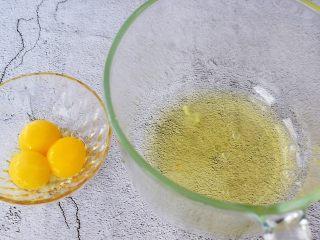 6寸中空可可戚风蛋糕,先把蛋黄和蛋清分离在两个无水无油的盆中