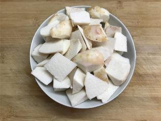 筒骨芋艿菜粥,煲汤时准备配料,芋艿去皮后洗净切成小的滚刀块。