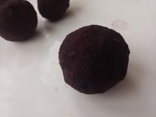 紫薯雪球,然后再团成团。