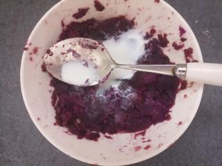 紫薯雪球,接着放入牛奶。
