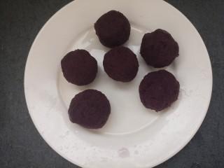 紫薯雪球,接着把紫薯泥,团成团。