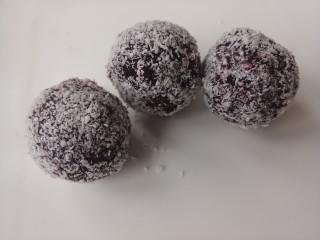紫薯雪球,再在椰蓉上滚一圈,沾上椰蓉。