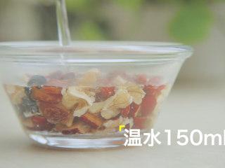 轻松get4款雪梨吃法「厨娘物语」,[甜桂花八宝梨罐] 准备好梨罐内的材料,10g红枣、10g核桃切碎,加入10g桂圆肉、10颗葡萄干、15颗枸杞加入150ml温水泡软备用。