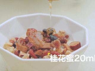 轻松get4款雪梨吃法「厨娘物语」,将八宝料倒入糯米中,加入20ml桂花蜜搅拌均匀。