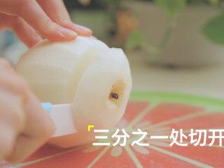 轻松get4款雪梨吃法「厨娘物语」,1个雪梨去皮在三分之一处切开,挖出梨核,填入糯米料。