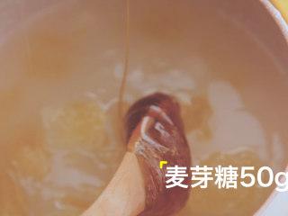 轻松get4款雪梨吃法「厨娘物语」,锅内倒入250ml梨汁、150g冰糖、50g麦芽糖、5g川贝粉。