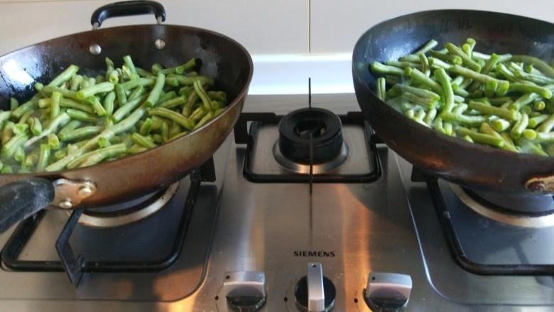 新文美食  五花肉耗油豆角焖面,豆角一锅分一半倒入。