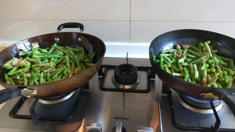 新文美食  五花肉耗油豆角焖面,翻炒均匀。