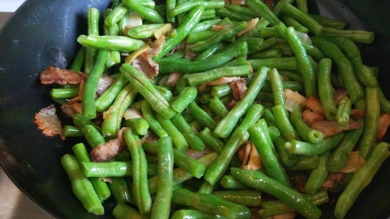新文美食  五花肉耗油豆角焖面,豆角炒出绿色为止。