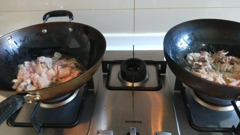 新文美食  五花肉耗油豆角焖面,把五花肉片一个锅倒一半。
