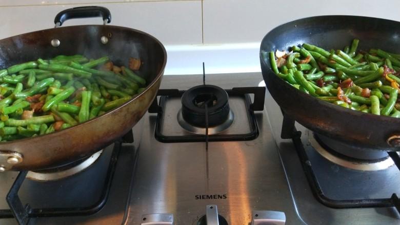新文美食  五花肉耗油豆角焖面,两个锅同时翻炒均匀。