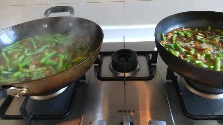 新文美食  五花肉耗油豆角焖面,水没过豆角就可以了。