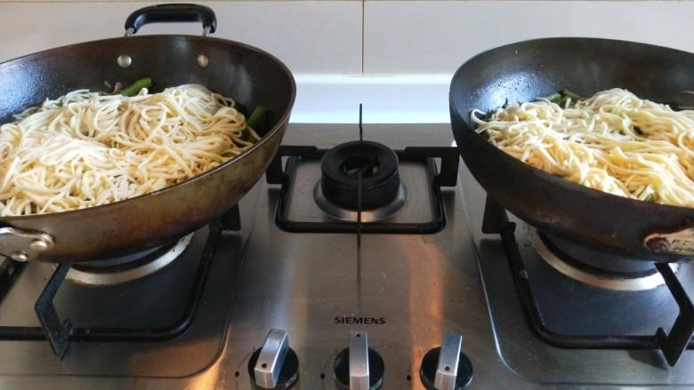 新文美食  五花肉耗油豆角焖面,两个锅一起放好。