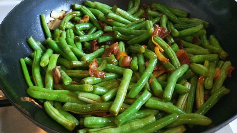 新文美食  五花肉耗油豆角焖面,搅拌均匀。