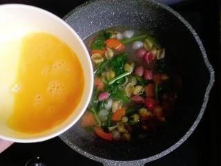 宝宝辅食—胡萝卜茼蒿鸡蛋面,然后快速的倒入鸡蛋液煮熟