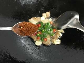 麻辣干锅土豆,再放入1勺麻辣香锅的调料炒出香味。