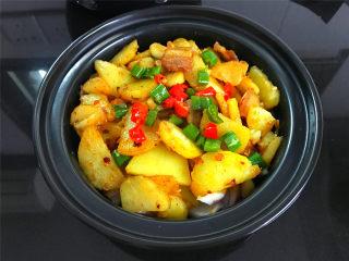 麻辣干锅土豆,将土豆片盛入锅仔内,点一块酒精。