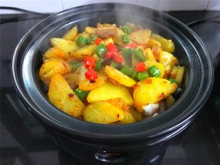 麻辣干锅土豆,麻辣鲜香,内里绵软湿润的干 锅土豆。