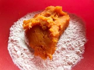 十味 葡萄干红薯发糕,面粉400克、糖5克、酵母粉4克拌匀在一起,再加入红薯泥200克