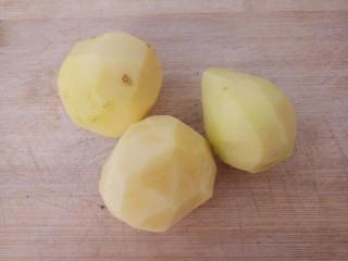 土豆炖排骨,然后把土豆去皮洗净。