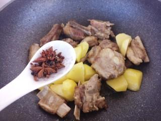 土豆炖排骨,加入花椒和八角。
