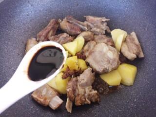 土豆炖排骨,再加一勺老抽。