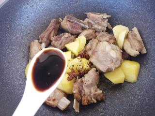 土豆炖排骨,然后加一勺生抽。