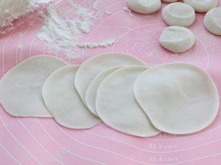 猪肉芹菜煎饺,再用擀面杖擀成中间厚些、边缘稍薄的饺子皮