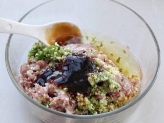 猪肉芹菜煎饺,猪肉剁成肉馅放入容器中,再加入切碎的葱、姜末,然后调入生抽、料酒、花椒粉、盐、鸡精、蚝油和食用油