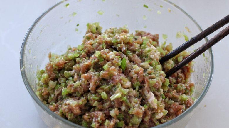 猪肉芹菜煎饺,将芹菜切碎放入肉馅中,拌匀后饺子馅就调好了