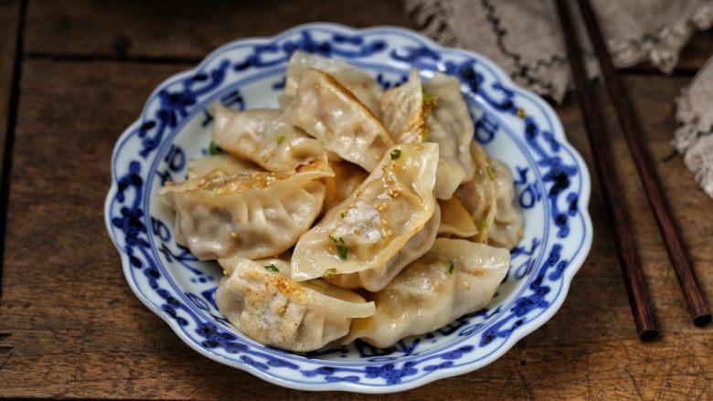 猪肉芹菜煎饺,一道美味诱人的猪肉芹菜馅煎饺就完成了,香喷喷好吃看得见!