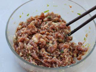 猪肉芹菜煎饺,用筷子顺时针一个方向搅拌至肉馅上劲儿,放置一旁备用
