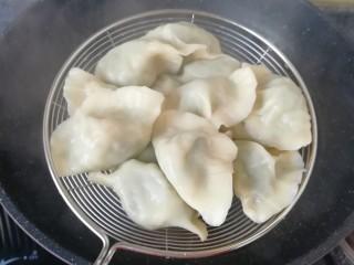 韭菜鸡蛋馅饺子, 煮饺子。