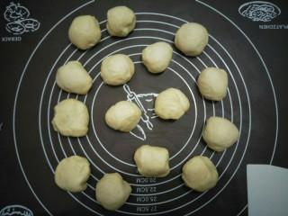十味 炸面包,将面团分成30克一个的份量,盖布静置十分钟。