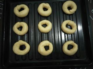 十味 炸面包,围好的圈圈放在盘中,盖布继续发酵