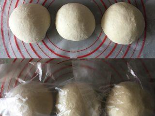 吐司面包,均匀分成3个面团静置15分钟